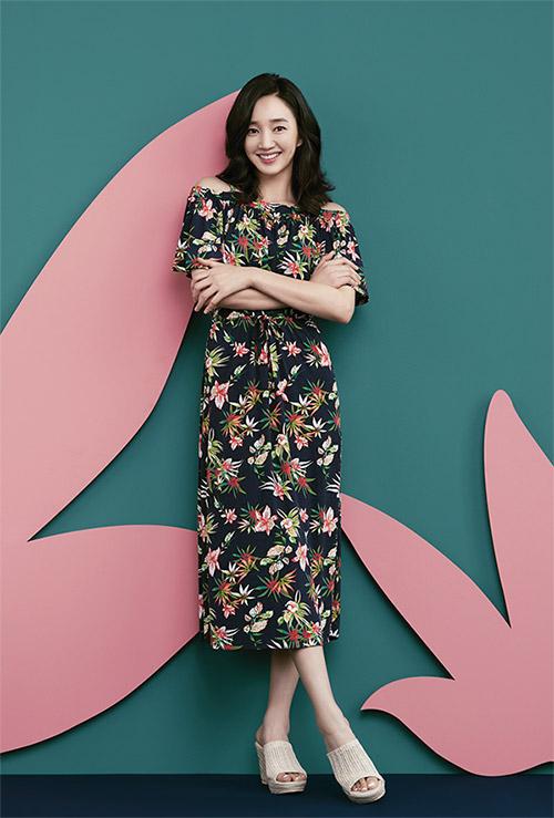 여성미 넘치는 바캉스룩은 핫 아이템 '오프 숄더 드레스'